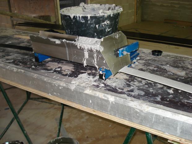 Aanbrengen epoxy op lamel